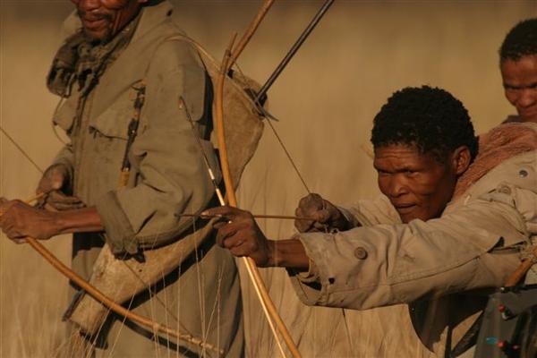 Bushmen chassant dans le Deception Valley au Botswana.