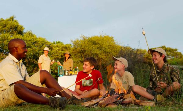 Apéritif et chamallows grillés en famille au Botswana.
