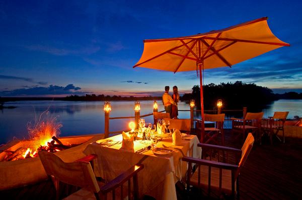 Dîner sous les étoiles au Sussi & Chuma Lodge en Zambie.
