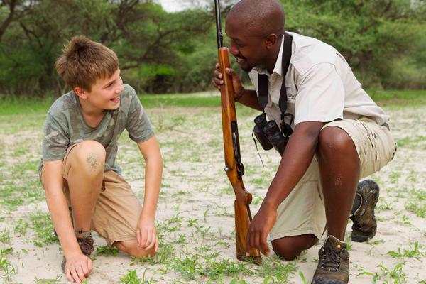 Safari à pied en famille avec votre guide au Botswana.