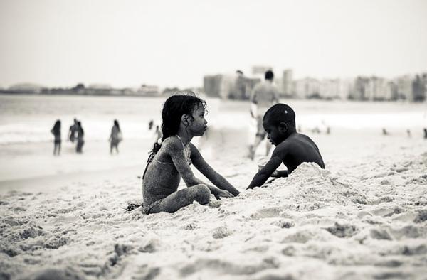 Enfants jouant dans le sable à Copacabana, Rio
