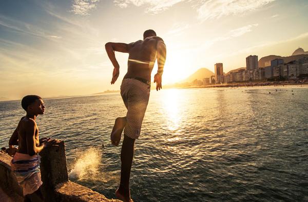 Plongeon à la plage de Copacabana, Rio